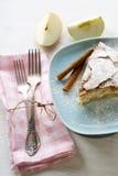 Uma parte de torta de maçã que encontra-se na placa azul, maçã, varas de canela Fotografia de Stock
