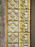 Uma parte de um azulejo floral amarelo velho em Portugal Fotografia de Stock Royalty Free