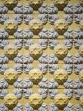 Uma parte de um azulejo floral amarelo velho em Portugal Foto de Stock