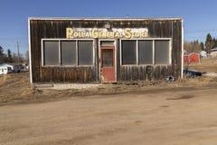 Uma parte dianteira abandonada de madeira da loja fotos de stock