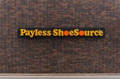 Uma parte dianteira da loja de Payless Shoesource fotos de stock