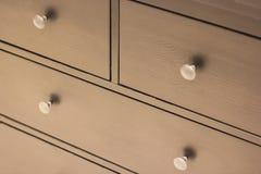 Uma parte dianteira de madeira da gaveta do vestuário, punho do metal imagem de stock