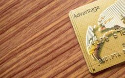 Uma parte do fundo de madeira de encontro da tabela do cartão de crédito Conceito em linha da compra fotografia de stock royalty free
