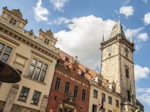 Uma parte superior da câmara municipal velha situada na praça da cidade velha, Praga, l Fotografia de Stock