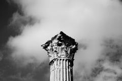 Uma parte superior de uma coluna de pedra alta foto de stock