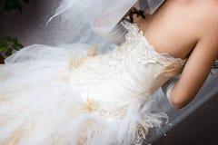Uma parte traseira de um vestido de uma noiva Fotografia de Stock Royalty Free