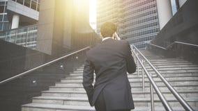 Uma parte traseira do homem novo vestiu-se no terno preto Imagens de Stock Royalty Free