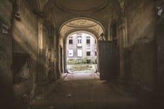 Uma passagem de uma casa abandonada do inquilino fotos de stock