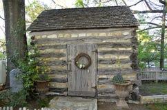 Uma pedra e uma cabana rústica de madeira rústicas pequenas no país Fotografia de Stock Royalty Free