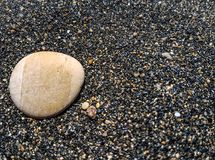 Uma pedra na areia foto de stock royalty free