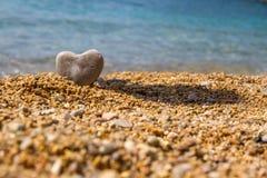 Uma pedra na forma de um coração Fotos de Stock