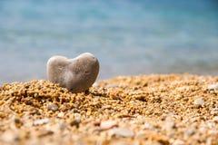 Uma pedra na forma de um fim do coração acima Imagem de Stock Royalty Free