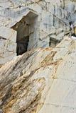 Uma pedreira do m?rmore branco O m?rmore branco precioso de Carrara foi extra?do das pedreira de Alpi Apuane desde as ?pocas roma fotografia de stock