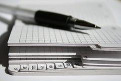 Uma pena e um caderno Imagem de Stock