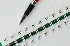 Uma pena e um caderno tomam notas Foto de Stock Royalty Free