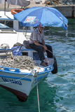 Uma pesca do homem de um barco em Kaleici em Antalya em Turquia Fotografia de Stock Royalty Free