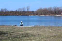 Uma pesca do menino de Amish imagens de stock royalty free
