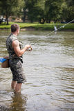 Uma pesca do pescador para o caboz de água doce Fotos de Stock Royalty Free