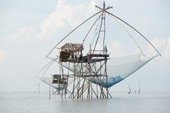Uma pesca líquida quadrada gigante no mar fotos de stock