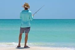 Uma pesca local do homem novo foto de stock
