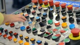 Uma pessoa clica a empurrão nos botões do painel de controle filme
