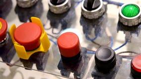 Uma pessoa clica a empurrão nos botões do painel de controle video estoque