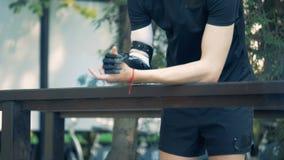 Uma pessoa com mão artificial, fim acima O homem com um braço protético biônico moderno anda vídeos de arquivo
