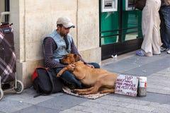 Uma pessoa desabrigada na rua em Paris Foto de Stock Royalty Free