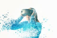 Uma pessoa em vidros virtuais voa aos pixéis A mulher com vidros da realidade virtual Conceito futuro da tecnologia foto de stock
