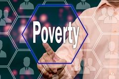 Uma pessoa idosa pressiona o botão da pobreza no tela táctil O conceito da conscientização da pobreza Bancarrota imagem de stock