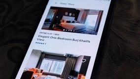 Uma pessoa olhando para quartos de hotel em Dubai - Usando o aplicativo Airbnb em um smartphone - Explorando a cidade de Dubai video estoque