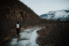 Uma pessoa que anda um trajeto em Islândia Fotos de Stock Royalty Free