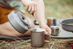 Uma pessoa que derrama a água quente para seu chá Fotografia de Stock Royalty Free