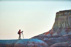 Uma pessoa que toma imagens em gargantas coloridas do Mongolian céu Foto de Stock
