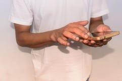 Uma pessoa que usa um telefone celular, fim acima foto de stock royalty free