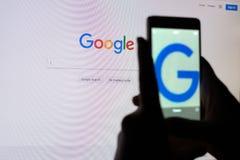 Uma pessoa toma uma imagem da tela de monitor com uma corda de busca de Google Foto de Stock