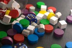Uma pilha colorido que consiste em dados e em microplaquetas de madeira Foto de Stock