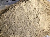 Uma pilha da areia em um canteiro de obras Materiais de construção fotografia de stock