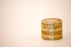 Uma pilha da moeda de libra fotografia de stock royalty free