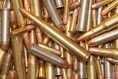 Uma pilha da munição imagem de stock