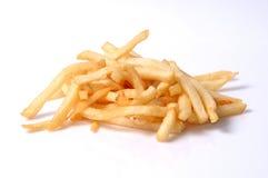 Uma pilha das batatas fritas isoladas no branco Imagem de Stock