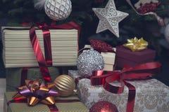 Uma pilha das caixas de presente sob uma árvore de Natal decorada Fotografia de Stock