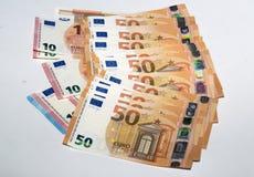 Uma pilha das euro- cédulas de papel espalhou para fora em um plano Imagem de Stock Royalty Free