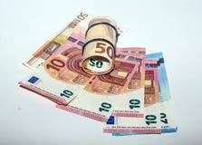 Uma pilha das euro- cédulas de papel rolou em uma palha Foto de Stock Royalty Free