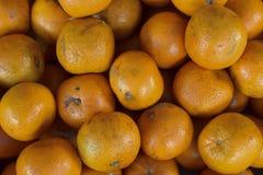 Uma pilha das laranjas no mercado imagens de stock