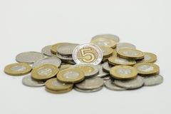 Uma pilha das moedas, a moeda polonesa PLN/zloty do polonês No fundo branco com trajeto de grampeamento Imagem de Stock Royalty Free