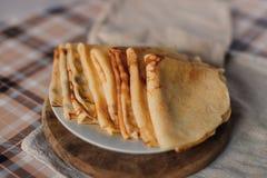 Uma pilha das panquecas em uma placa Panquecas finas para o café da manhã Imagem de Stock