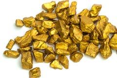Uma pilha das pepitas de ouro ou do minério do ouro isoladas no fundo branco, pedra ou protuberância da pedra dourada, financeiro fotografia de stock royalty free