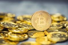 Uma pilha de bitcoins dourados em um contexto contínuo Foto de Stock Royalty Free