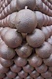 Uma pilha de bolas de canhão do ferro fotos de stock royalty free